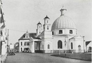Foto lama Gereja Blenduk setelah direhabilitasi (Nilai Penting Atap Kubah dan Denah Oktagonal pada Gereja Blenduk) (Sumber : Locale Techniek, 1939, Vol. 008, Issue 6)
