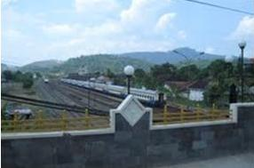 Stasiun kereta api Kota Banjar dilihat dari atas viaduct