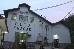 Tampak depan bangunan instalasi pembangkit di PLTA Kracak