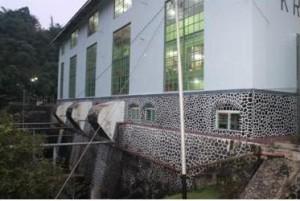 Dinding utara bangunan instalasi pembangkit PLTA Kracak