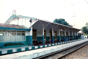 Peron stasiun KA Serang