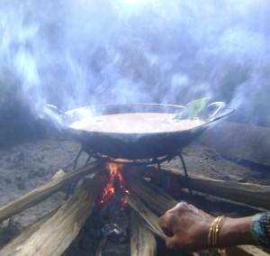 Proses memasak rendang/Foto: Dok. Erna