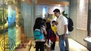 Beberapa orang dari rombongan dipandu berkeliling museum