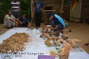 Petugas sedang mengkonservasi fosil-fosil yang telah ditemukan