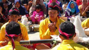 Suasana khidmat doa bersama dalam ritual tungguk tembakau