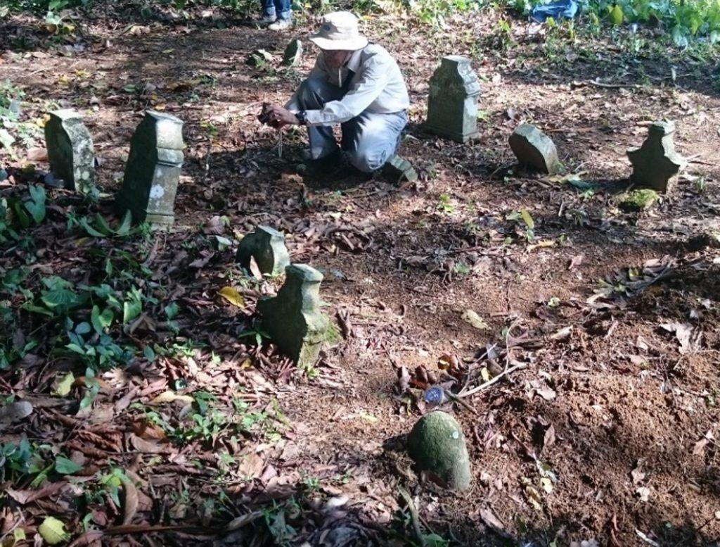 Hasan Djafar saat mencari posisi terbaik untuk memotret nisan berinskripsi di Leubok Tuwe.