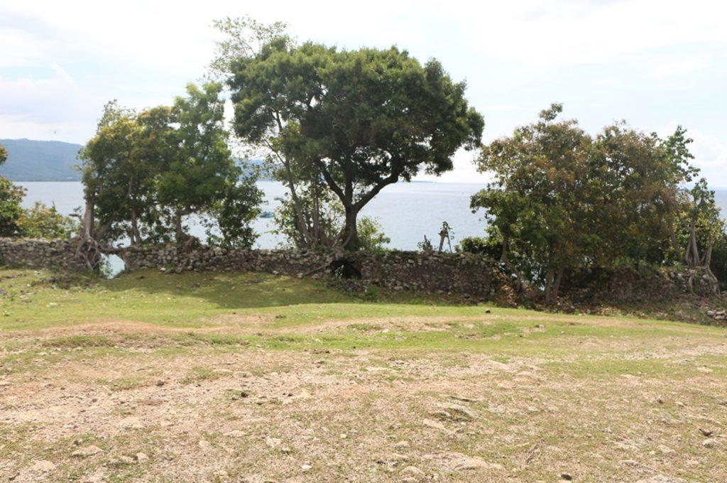 Sisi barat Benteng Inong Balee yang berbatasan langsung dengan tebing dan garis pantai.