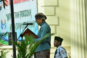 Kepala Museum NAsional Indonesia membacakan sambutan Mendikbud pada upacara peringatan Hardiknas di Museum Nasional Indonesia, 2 Mei 2018