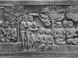 Relief Karmawibhangga 0-55 (Pertapa berjalan mengenakan payung, tiga orang bhiksu berhadapan dengan murid-muridnya)