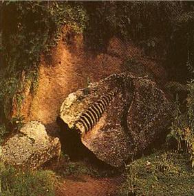 Stupa Cabang Tiga di Pura Gua Gajah, Bedulu
