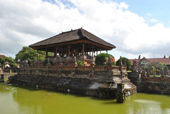 Bale Kambang (Taman Gili) di Kerta Gosa
