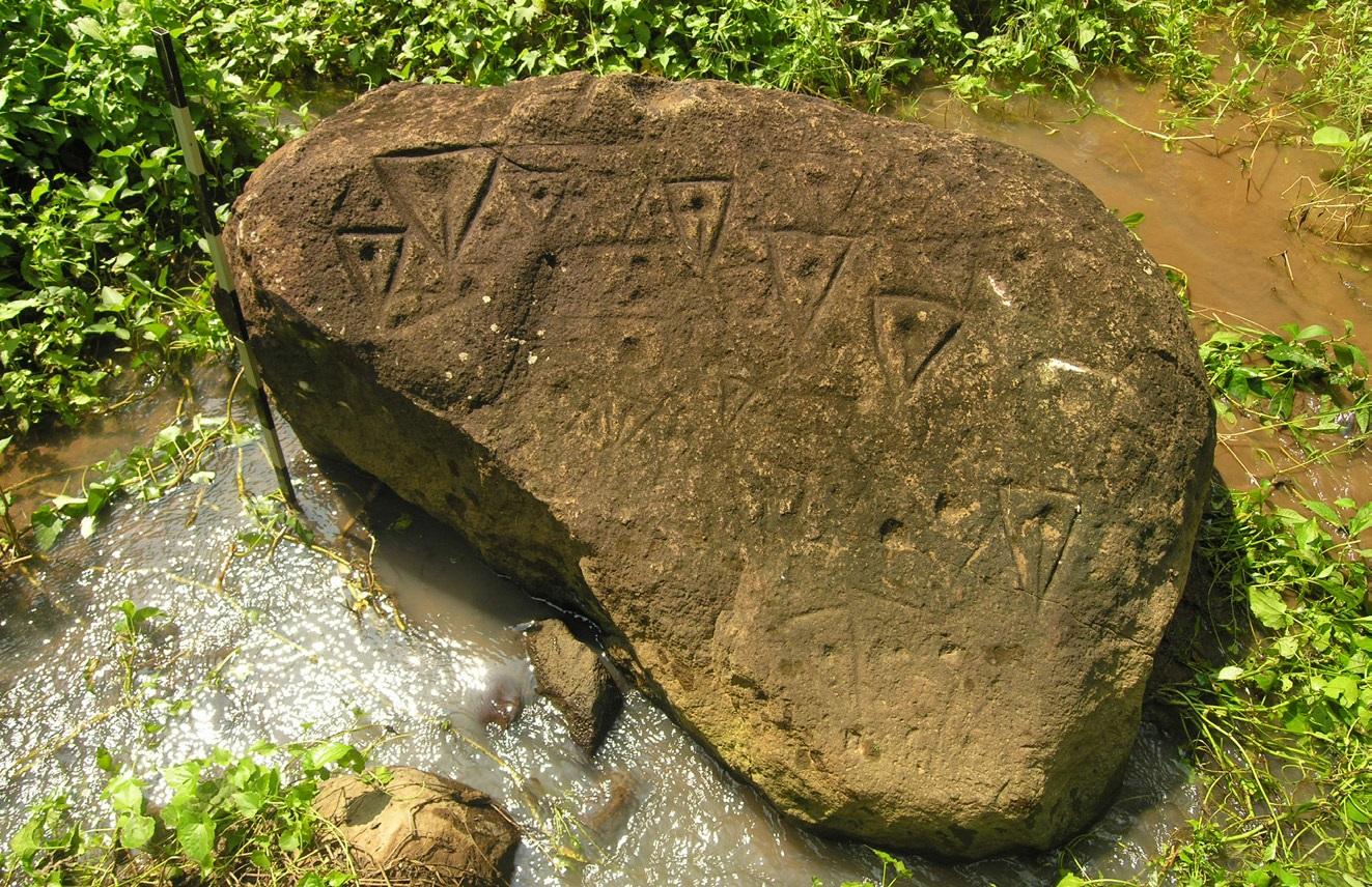 Batu Bergores Cidaresi: Batu Gores Motif Segitiga di Lereng Gunung ...