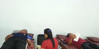 Petugas PMI Mengambil Darah Pendonor