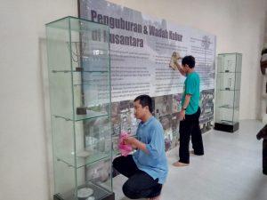Read more about the article Bakti sosial membersihkan lingkungan Situs Gunung Selendang Sangsanga, Kabupaten Kutai Kartanegara yang merupakan rangkaian Peringatan Hari Purbakala Ke 106
