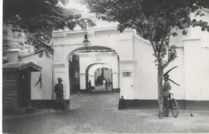 Pintu gerbang sebelah barat Benteng Rotterdam pada tahun 1915