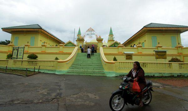 """Read more about the article """"Memburu Pesona Mesjid Raya Sultan Riau dari Penyengat"""""""