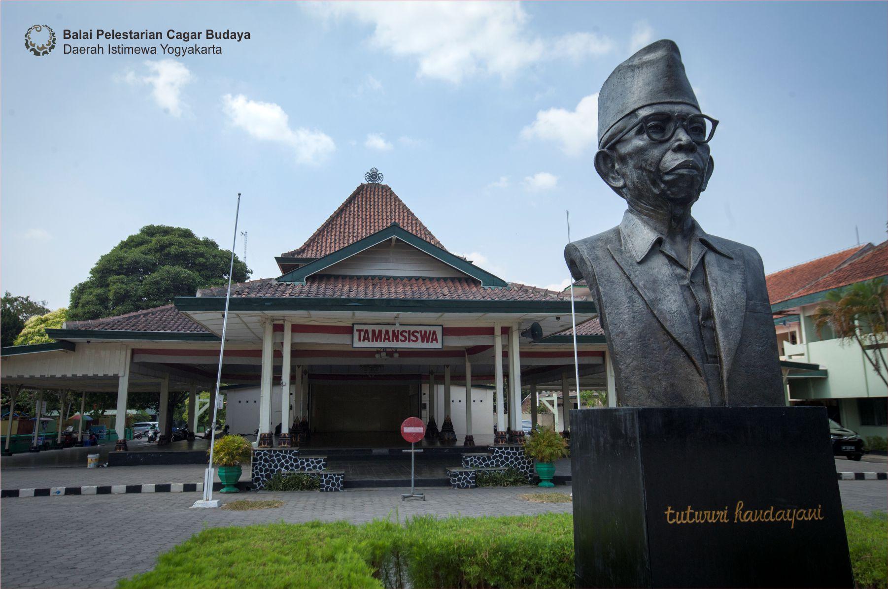 """Read more about the article Makna Nama """"Ki Hajar Dewantara"""" dan Semboyan """"Tut Wuri Handayani"""""""