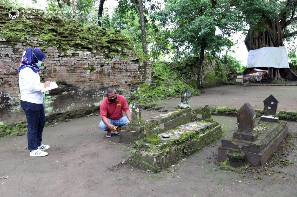 Pengamatan kerusakan dan keterawatan makam dan nisan pada bulan April 2021 (Foto: Dok. BPCB DIY 2021)