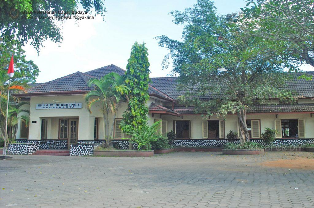 [Keterangan Foto 0] Gedung SMP Negeri 1 Yogyakarta tampak depan (Foto: Dok. BPCB DIY 2011)