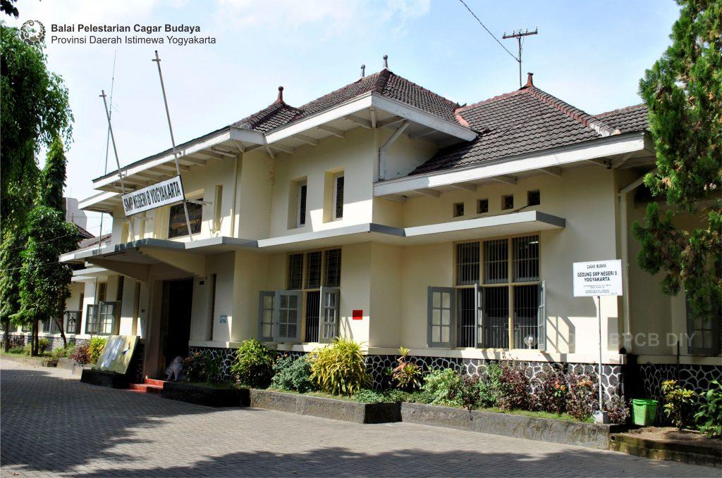 Gedung SMP Negeri 8 Yogyakarta tampak depan (Foto: Dok. BPCB DIY 2010)