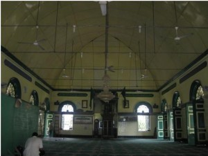 Enam pintu di sisi kiri dan kanan, dua jendela besar di depan, di antara jendela itu terdapat mihrab bertangga. (Foto: Nasrul Hamdani & Muhammad Affan)