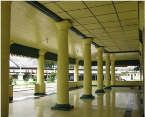Pilar-pilar 'gendut' penopang serambi Mesjid Raya Sultan Ahmadsyah Tanjung Balai (kiri - foto: Nasrul Hamdani & Muhammad Affan)