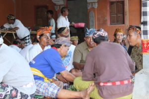 Read more about the article Megibung, Tradisi Makan Bersama Dari Kabupaten Karangasem