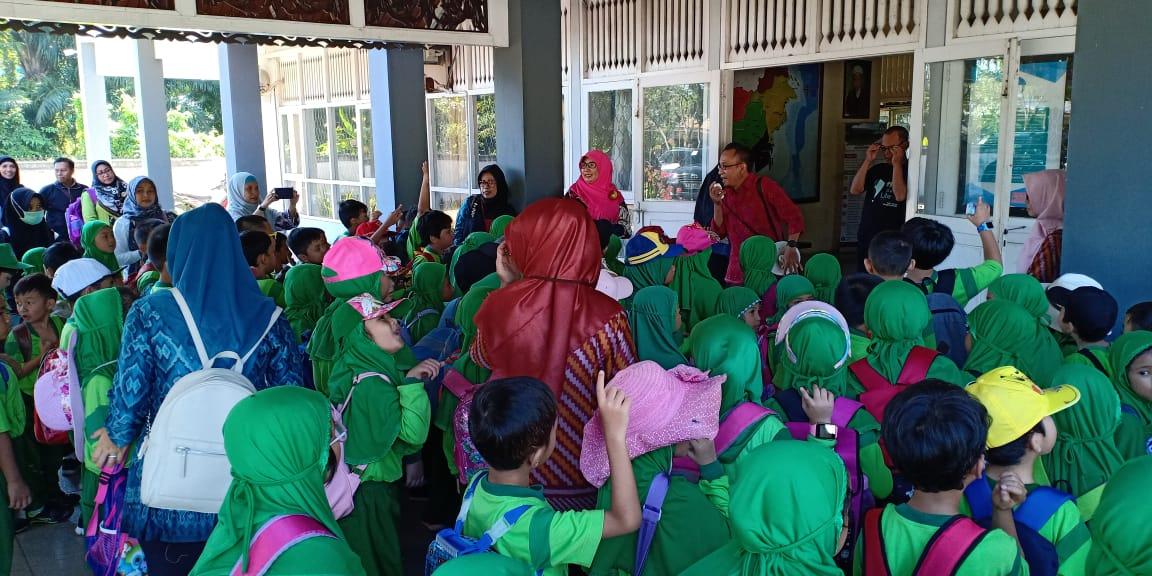 Read more about the article Membangun Minat Baca Sejak Dini :  Siswa Kelas 1 SD Islam Al Azhar 21 Kunjungi Perpustakaan BPNB Kalimantan Barat