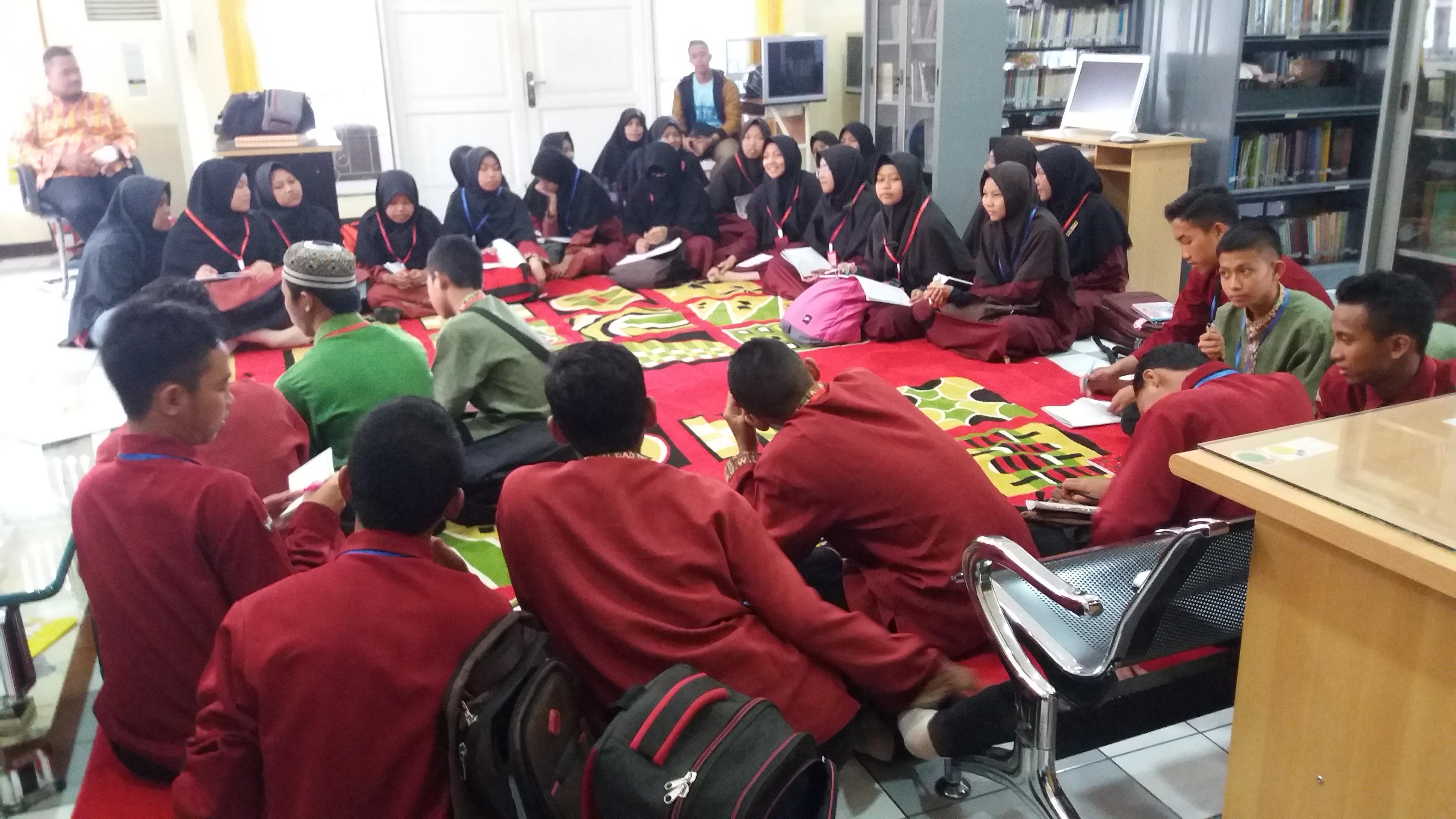 Read more about the article Madrasah Literasi Santri Pondok Pesantren Al Mukhlisin dengan Mengenal Manuskrip  Koleksi BPNB Kalimantan Barat