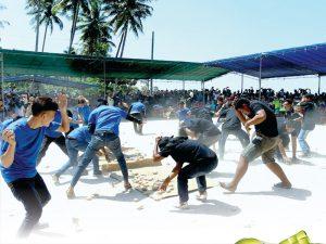 Read more about the article Perang Ketupat, Tradisi Pengusir Bala