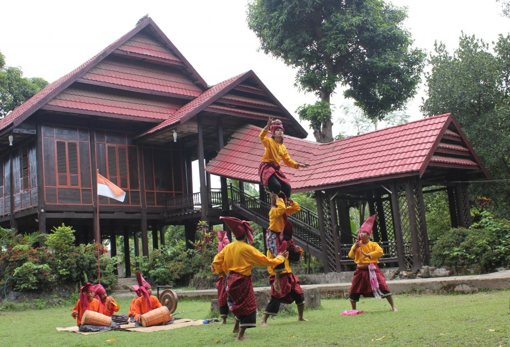 Ma Raga Atau A Raga Atau Sepak Raga Adalah Permainan Tradisional Dari Daerah Sulawesi Selatan Permainan Ini Menggunakan Bola Yang Disebut Raga Bolanya Hampir Sama Dengan Yang Dipergunakan Dalam Permainan Sepak Takraw Namun Lebih