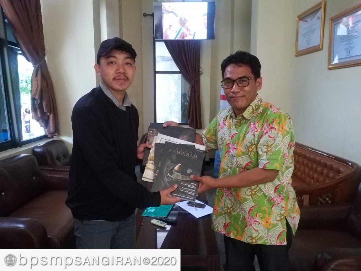 Read more about the article Berbagi  Buku Dengan Mahasiswa Unnes