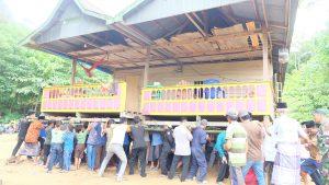 Read more about the article Marakka' Bola : Tradisi Gotong Royong Memindahkan Rumah