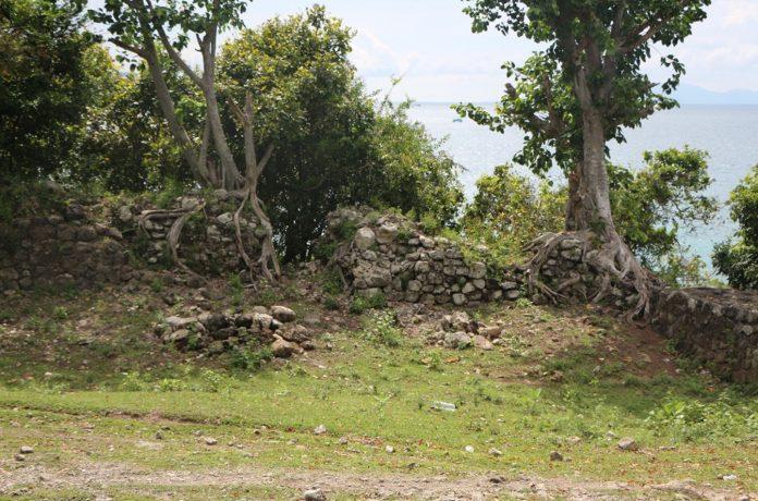 Reruntuhan benteng Inong Balee. Tampak pepohon tumbuh di atasnya, dan akarnya mengangkat struktur batu.