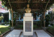 Patung dada dan prasasti terpahatkan puisi Panglima Besar Jenderal Soedirman berjudul Rumah Nan Bahagia.