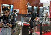 Peserta workshop berburu objek foto koleksi Museum Adityawarman, Padang, Sumatera Barat.
