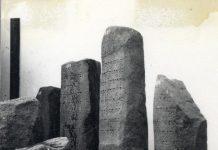 Foto Lama Prasasti Yupa di Museum Nasional, ca 1930 dan 1955. (KITLV)