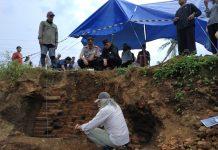 Peneliti dari BPCB Melakukan Ekskavasi pada Temuan Struktur yang Diduga Cagar Budaya, Desa Sekarpuro, Kabupaten Malang (12/3)