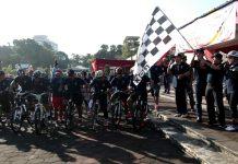 Direktur Pelestarian Cagar Budaya dan Permuseuman, Fitra Arda Mengibarkan Bendera Start Sepeda Gembira, Sleman (4/8).