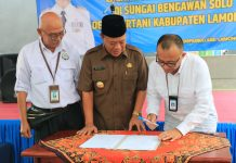 Penandatanganan Surat Serah Terima Perahu Pontoon Bridge (7/11).