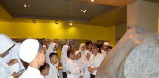 Peserta Ramadan Ceria mengamati Prasasti Ciaruteun