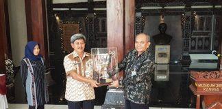 Kepala Museum Nasional menerima pemyerahan Piala Bergilir Mendikbud dari Museum Ranggawarsita Jawa Tengah