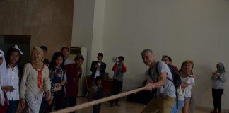 Pengunjung asing ikutTarik Tambang di Museum Nasional