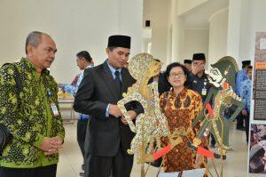 Kepala Museum Nasional dan Wakil Bupati Bandung meninjau pameran selepas meresmikan kegiatan Museum Keliling didampingi Kabid Kemitraan dan Promosi (foto dari kiri ke kanan)