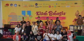 Kepala Museum Nasional, Bapak Drs. Siswanto,MA berfoto bersama dengan para pendongeng