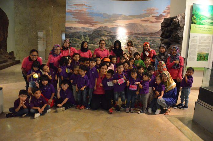 foto_bersama_siswa siswi_ taman kanak-kanak_ KeendKIids