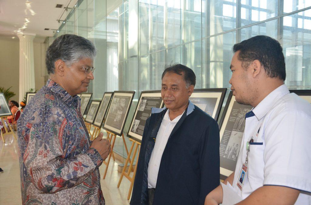 Yang Mulia Duta Besar India untuk Indonesia meninjau pameran Hubungan Diplomatik India- Indonesia bersama Kabag TU Museum Nasional, Kamis, 25 April 2019