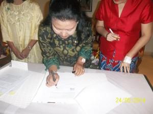 Kepala Museum Nasional, Intan Mardiana, sedang menandatangani surat serah terima.