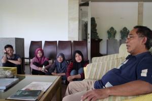Peserta BBM serius menyimak cerita Pak Ago tentang sosok Maestro Nyoman Nuarta